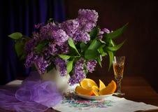 丁香、桔子和酒。 免版税库存图片