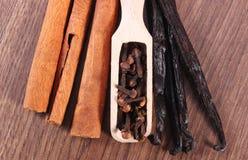 丁香、芬芳香草和桂香特写镜头在木表面板条 库存照片