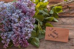 丁香开花与文本的花束和工艺纸我爱你在Th 免版税库存图片