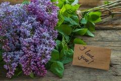 丁香开花与文本的花束和工艺纸我爱你在Th 库存照片