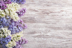 丁香开花在木板条背景,春天紫色的花束 免版税图库摄影