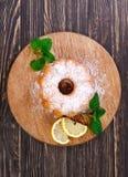 从丁香柠檬和叶子薄荷的饼 免版税库存照片