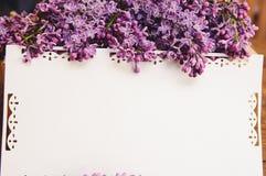 丁香花束与题字卡片的 免版税库存照片