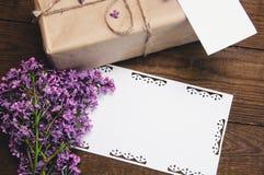 丁香花束与题字卡片的 图库摄影