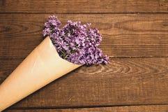 丁香花束在一张木桌上的与礼物盒 库存图片