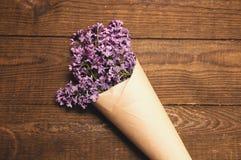 丁香花束在一张木桌上的 免版税库存图片
