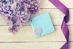 丁香,丝绸紫色丝带,祝贺卡片分支  库存图片