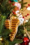 丁骨牛排垂悬在食物主题的圣诞树的圣诞节装饰品 库存照片