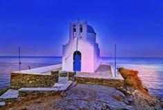 七个受难者夜教会在晚上锡弗诺斯岛基克拉泽斯希腊 免版税库存照片