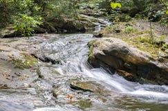 七个木盆瀑布岩石森林小河 免版税库存图片