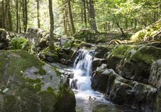 七个木盆瀑布岩石森林小河 图库摄影
