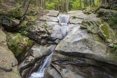 七个木盆瀑布岩石森林小河 免版税库存照片