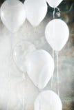 七个白色气球 库存图片