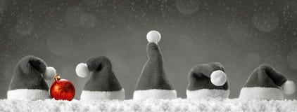七个红色圣诞老人帽子 免版税库存图片