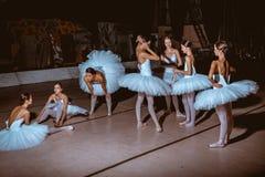 七位芭蕾舞女演员在幕后剧院 免版税库存照片