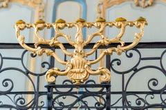 七分支的犹太教灯台的一个木模型在犹太寺庙的,在最旧的犹太教堂在法国,在卡瓦永,现在博物馆 库存图片