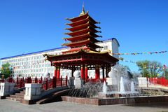 七天塔的看法与祷告鼓和佛经的 库存照片