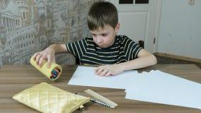 七岁的男孩画:在从玻璃的桌毛毡笔采取纸片倾吐 股票视频