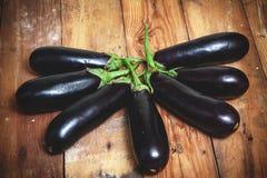 七成熟茄子在计划的委员会的被堆积的爱好者 免版税图库摄影