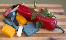 七棵多彩多姿的意大利乳酪和菜在一个木板 免版税库存照片