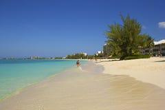 七英里海滩在大开曼,加勒比 免版税库存图片
