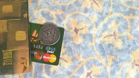 万事达卡万一银行卡和半元硬币 免版税库存照片