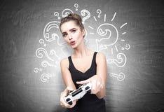 万人迷青少年与电子游戏控制器 免版税库存照片