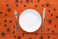 万圣夜与利器的桌设置和在o的装饰蜘蛛 免版税图库摄影