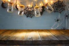 万圣夜与空的土气桌的假日背景 为产品显示蒙太奇准备 库存照片