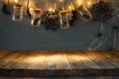 万圣夜与空的土气桌的假日背景 为产品显示蒙太奇准备 免版税库存图片
