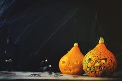 万圣夜与蜘蛛` s网的恐怖背景,南瓜, candl 免版税图库摄影