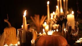 万圣夜与蜡烛的假日桌 股票视频