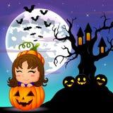 万圣夜与逗人喜爱的小女孩的夜背景在篮子南瓜和可怕树上小屋 免版税库存图片