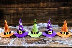 万圣夜与逗人喜爱的小的巫婆帽子的卡片概念在蜘蛛网 库存照片