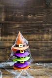 万圣夜与逗人喜爱的小的巫婆帽子的卡片概念在蜘蛛网 免版税库存图片