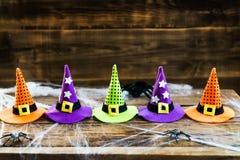 万圣夜与逗人喜爱的小的巫婆帽子的卡片概念在蜘蛛网 库存图片