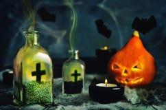万圣夜与spider& x27的恐怖背景; s网,南瓜;蜡烛 免版税库存图片