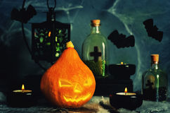 万圣夜与spider& x27的恐怖背景; s网,南瓜;蜡烛 免版税图库摄影