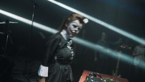万圣夜丑角的妇女DJ面对在场面的油漆舞蹈在转盘前面 股票视频
