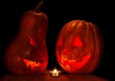万圣夜两南瓜杰克灯看看彼此与一个蜡烛 库存图片