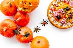 万圣夜传统 南瓜饼和南瓜与可怕面孔在白色背景顶视图 图库摄影