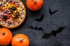 万圣夜传统 南瓜饼和棒在黑背景顶视图 免版税库存图片