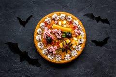 万圣夜传统 南瓜饼和棒在黑背景顶视图 库存图片