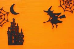 万圣夜假日概念在木橙色背景的顶视图场面 免版税图库摄影
