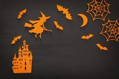 万圣夜假日概念顶视图场面 老城堡,巫婆,在木黑bachground的棒 免版税库存图片