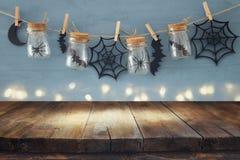 万圣夜假日概念 在masson前面的空的老木桌刺激与蜘蛛和浴装饰 免版税库存图片