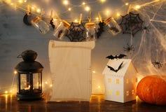 万圣夜假日概念 有光的神奇房子在masson前面刺激与蜘蛛和浴 免版税库存图片