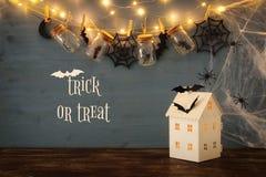 万圣夜假日概念 有光的神奇房子在masson前面刺激与蜘蛛,浴 库存图片
