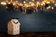万圣夜假日概念 有光的神奇房子在masson前面刺激与蜘蛛,浴 免版税库存照片