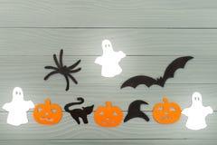 万圣夜假日背景用三个南瓜、猫、蜘蛛、棒、帽子和三个鬼魂 库存照片